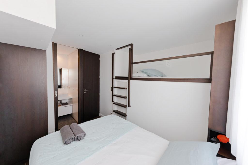 NS Guesthouse - Marina haut de gamme à Port Camargue France - La chambre avec lit enfant